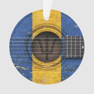 Guitarra acústica vieja con la bandera de Barbados