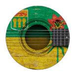 Guitarra acústica vieja con la bandera de juego de fichas de póquer