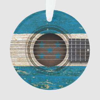 Guitarra acústica vieja con la bandera de Honduras