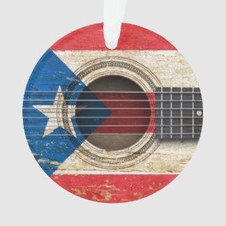 Guitarra acústica vieja con la bandera de Puerto R