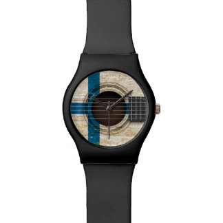 Guitarra acústica vieja con la bandera finlandesa reloj de mano
