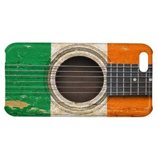 Guitarra acústica vieja con la bandera irlandesa