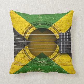 Guitarra acústica vieja con la bandera jamaicana almohadas