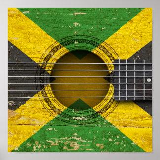 Guitarra acústica vieja con la bandera jamaicana impresiones