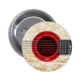 Guitarra acústica vieja con la bandera japonesa pins