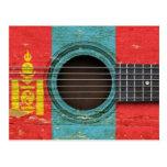 Guitarra acústica vieja con la bandera mongol postal