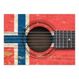 Guitarra acústica vieja con la bandera noruega comunicado