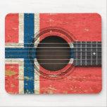 Guitarra acústica vieja con la bandera noruega alfombrillas de ratón