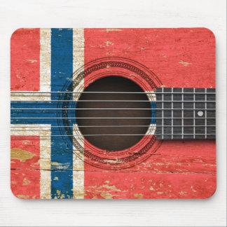 Guitarra acústica vieja con la bandera noruega alfombrilla de ratón