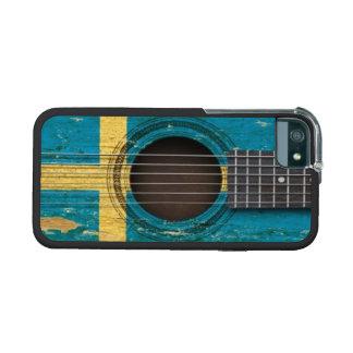 Guitarra acústica vieja con la bandera sueca
