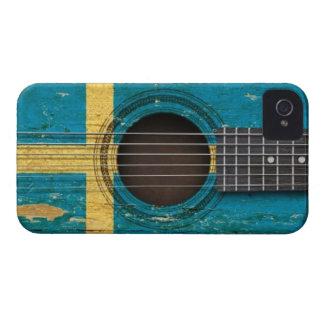 Guitarra acústica vieja con la bandera sueca iPhone 4 Case-Mate cobertura