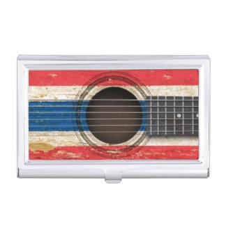 Guitarra acústica vieja con la bandera tailandesa cajas de tarjetas de presentación