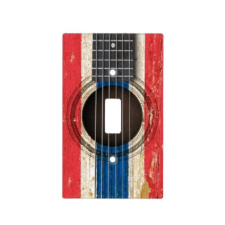 Guitarra acústica vieja con la bandera tailandesa cubiertas para interruptor