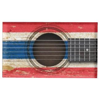 Guitarra acústica vieja con la bandera tailandesa soportes para tarjetas de mesa