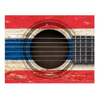 Guitarra acústica vieja con la bandera tailandesa tarjetas postales