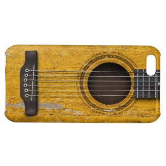 Guitarra acústica vieja envejecida y llevada