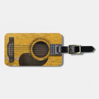 Guitarra acústica vieja envejecida y llevada con P Etiquetas Bolsa
