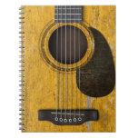 Guitarra acústica vieja envejecida y llevada con P Libro De Apuntes