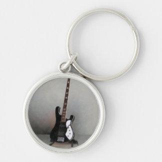 Guitarra blanco y negro llavero redondo plateado