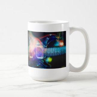 Guitarra eléctrica ardiente taza de café