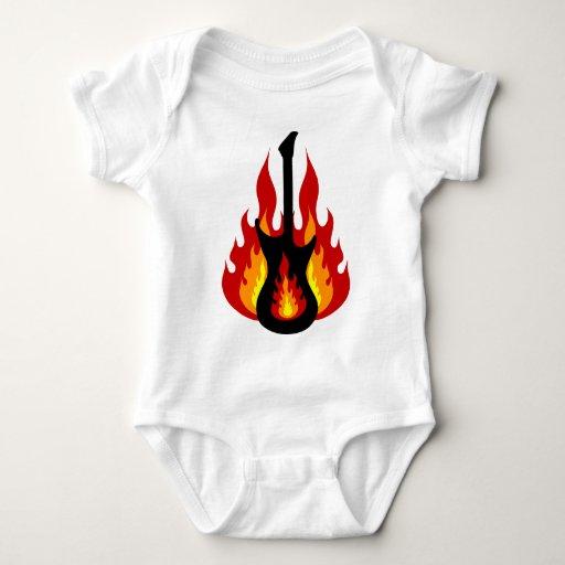 Guitarra eléctrica negra en el fuego mameluco de bebé