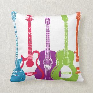 Guitarra eléctrica y guitarra acústica Pillo punky Almohadas