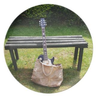 Guitarra en un diseño del bolso platos