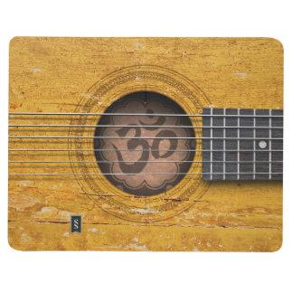 Guitarra espiritual del viejo vintage con símbolo cuaderno grapado