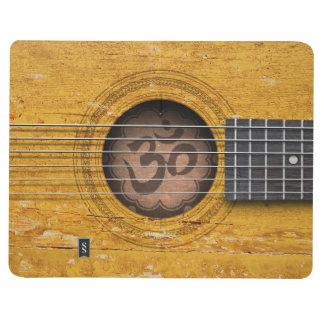 Guitarra espiritual del viejo vintage con símbolo cuadernos grapados