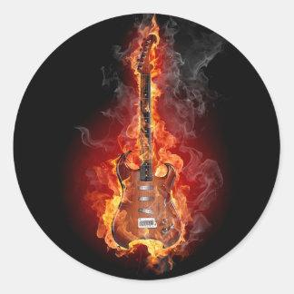 Guitarra llameante de la roca pegatina redonda