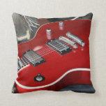 Guitarra roja en el amperio almohadas