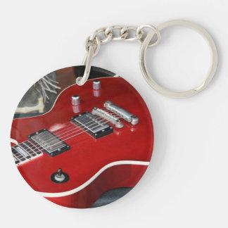 Guitarra roja en el amperio llavero redondo acrílico a doble cara