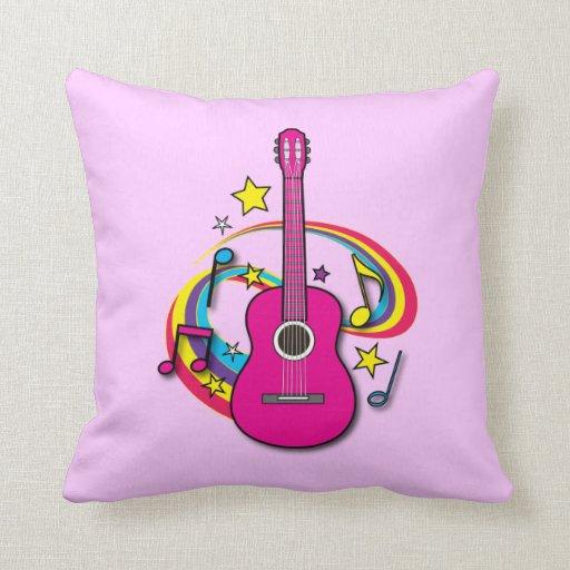 Guitarra rosada con música y el arco iris cojin