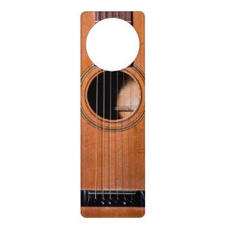 Guitarra rústica colgante para puerta