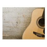 Guitarra y ladrillos tarjeta postal