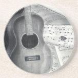 Guitarra y práctico de costa de la partitura posavasos manualidades