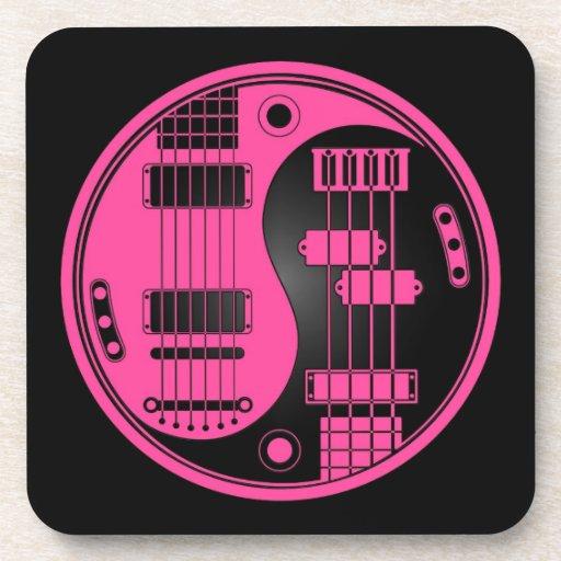 Guitarra y rosa y negro bajos de Yin Yang Posavasos De Bebidas