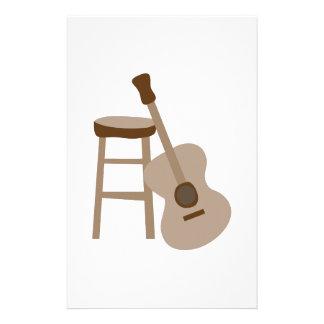 Guitarra y taburete papelería