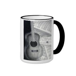 Guitarra y taza de la partitura