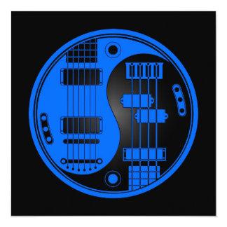 """Guitarra y Yin bajo Yang azul y negro Invitación 5.25"""" X 5.25"""""""
