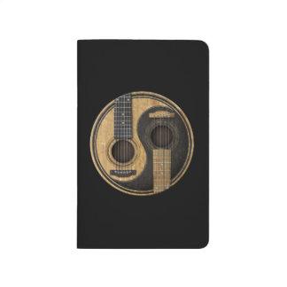Guitarras acústicas viejas y gastadas Yin Yang Cuadernos Grapados