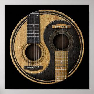 Guitarras acústicas viejas y gastadas Yin Yang Póster