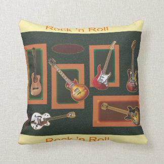 Guitarras de la roca y del rollo cojín decorativo