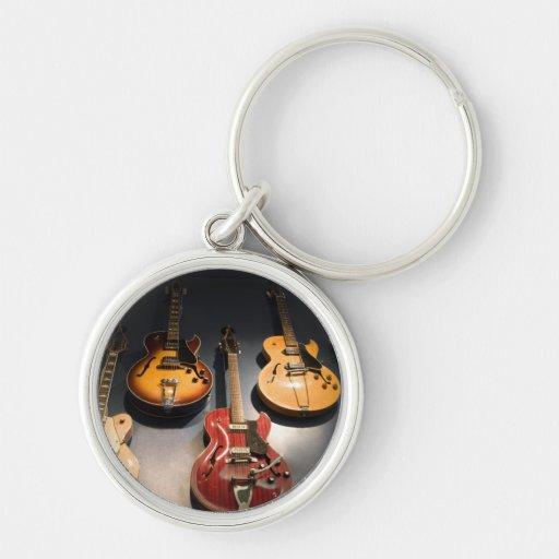 Guitarras del vintage llavero redondo plateado