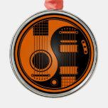 Guitarras eléctricas acústicas anaranjadas y negra adorno de reyes