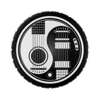 Guitarras eléctricas acústicas blancas y negras frascos de dulces
