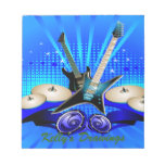 Guitarras eléctricas, tambores y altavoces azules bloc de papel