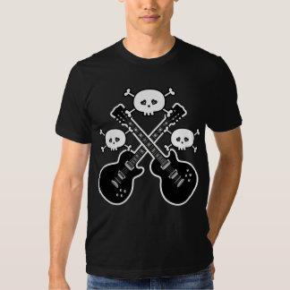 Guitarras enrrolladas y cráneos negros y blancos remera