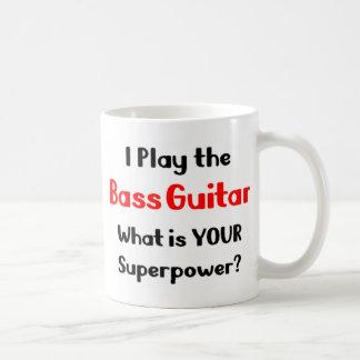 Guitarrista bajo taza de café