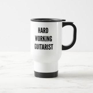 Guitarrista de trabajo duro taza de café